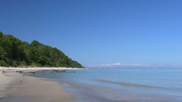 Pláž scéna s modrou oblohou. Rujána - Baltské moře