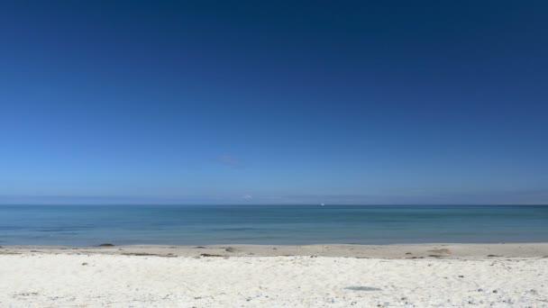 Pláž scéna bez lidí. Klidné a pohodové. Bílý písek a modré nebe
