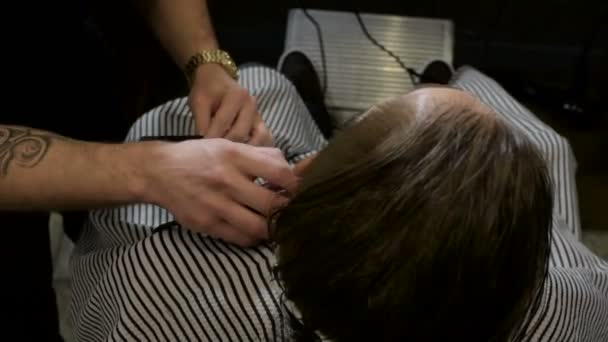 Fryzjer Z Klientem Służąc Tatuaż W Fryzjera Dokonywanie Strzyżenie