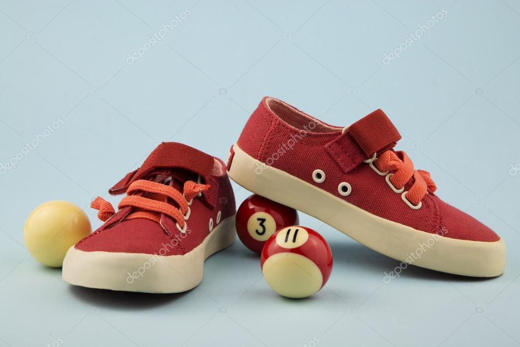 kostenloser Versand 100% authentisch verschiedene Stile Rote Schuhe für kleine Mädchen — Stockfoto © ERphotographer ...