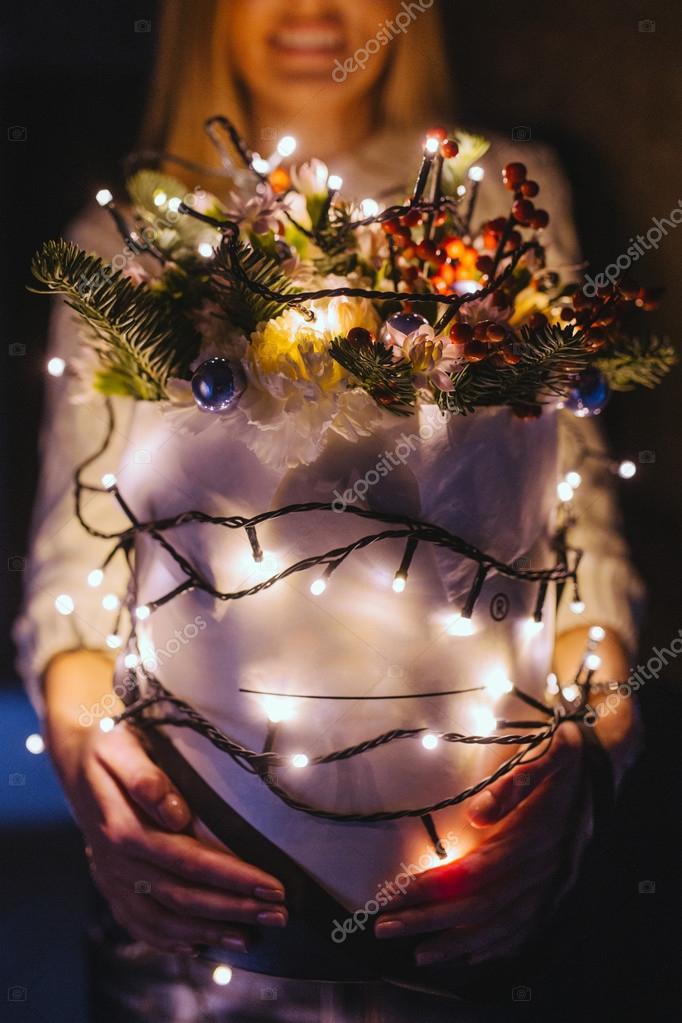 Foto Con Luci Di Natale.Ragazza Che Tiene Il Mazzo Con Le Luci Di Natale Foto