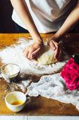Hozzávalók tortáját töltött friss Cseresznyés lepény. Női Cseresznyés lepény elkészítése. Rusztikus sötét stílusban. Című sorozat recept lépés lépés. Womans kezét. A rövid tészta házi torta receptje