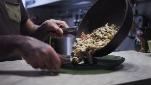mužský šéfkuchař v kuchyni restaurace je obloha a připravují těstoviny