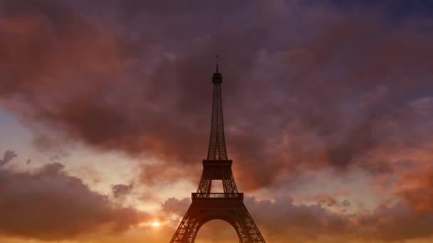 Eiffelova věž na pozadí pohybující mraky.