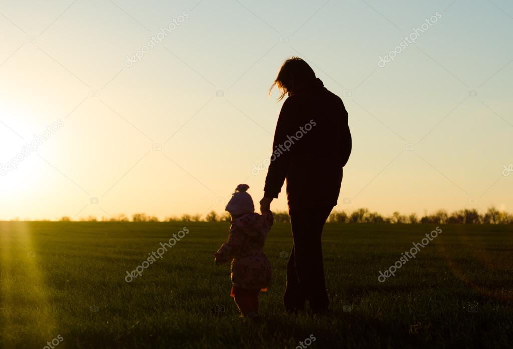 Фото девушки с ребенком в тени
