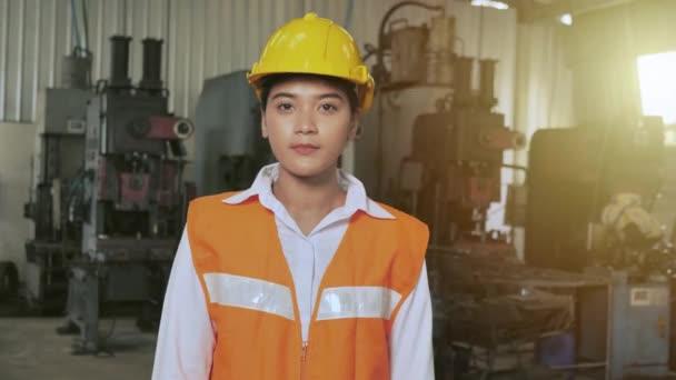 Porträt Asiatisch glücklich Industrieingenieur Arbeiter Vertrauen Lächeln Arm gekreuzt aussehende Kamera