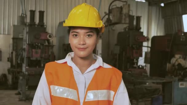 Glücklicher Arbeiter Asiatischer Ingenieur arbeitet in Fabrik glücklich lächeln Arm gekreuzt Zeitlupe 4K
