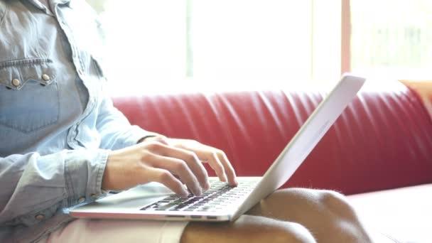 Dolgozik a projekten, Laptop gépelés közben
