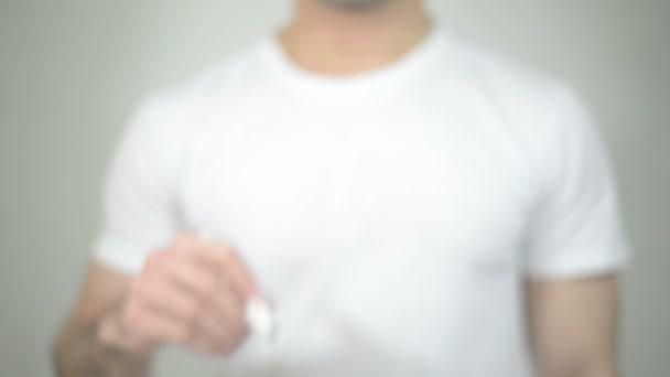 Dieta, muže, který psal na transparentní sklo