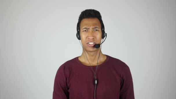 Vážné Call centrum operátor hovoří k zákazníkovi