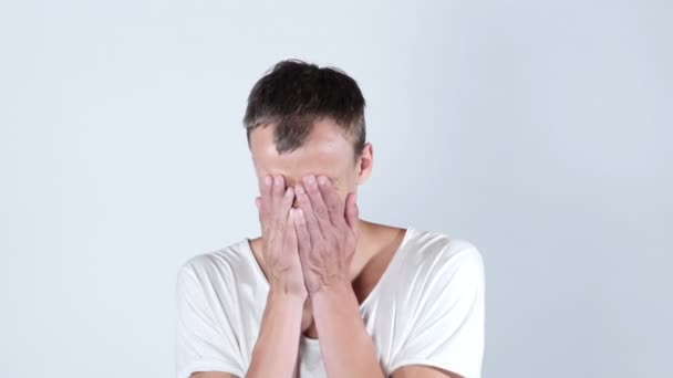 Kétségbeesetten szomorú fiatalember sírva protrait