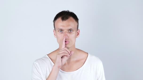 mladý muž dělá gesto mlčení