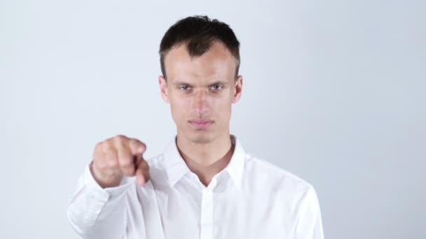 muž v bílé košili body na fotoaparát, bílé pozadí