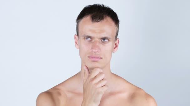 Portrét přemýšlivý hezký shirtless mladého muže při pohledu na fotoaparát