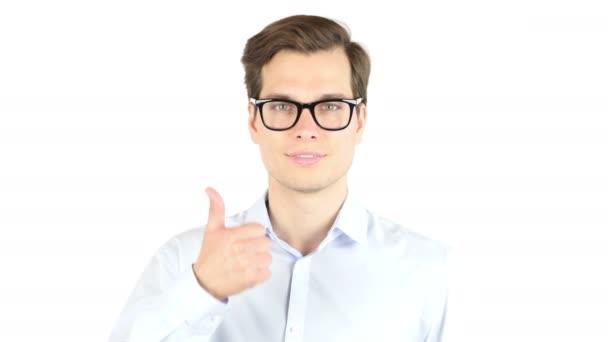 Portrét mladé podnikatele pózuje na bílém pozadí, palec nahoru