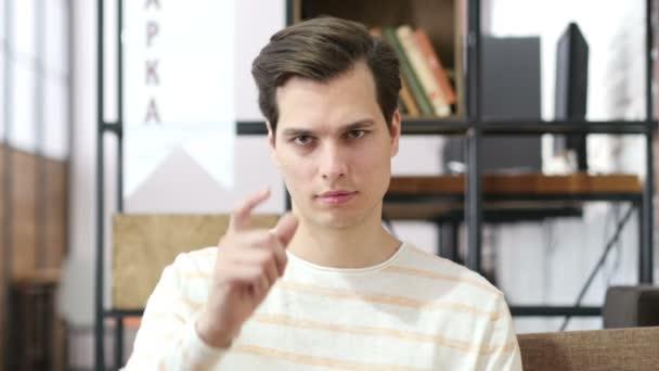 Mladý muž ukazuje prstem na sebe, výběr