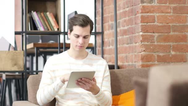 Közeli kép a szakmai ember használ digitális tábla gépelési munka közben