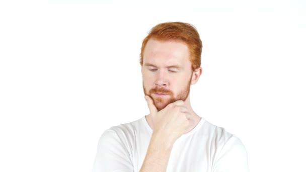 Příležitostné promyšlené redhair mladý muž - izolované na bílém pozadí