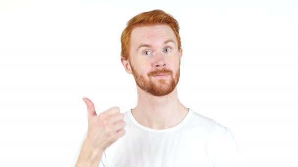 Zrzavé vlasy Gray man směřují palec, izolovaných na bílém pozadí