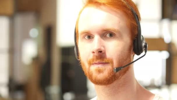Portrét muže s headsetem, call centrum