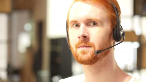 zástupce oddělení služeb zákazníkům jistotu práce v call centru, palec nahoru