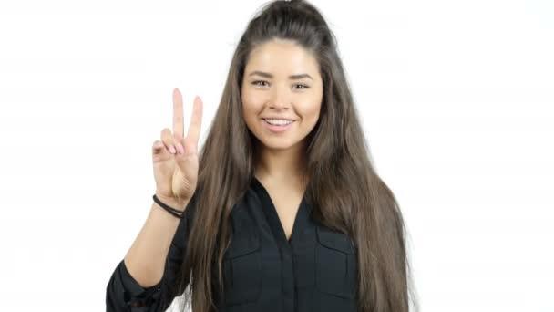 glücklich lächelnd schöne junge Frau zeigt zwei Finger oder Siegesgeste, isol