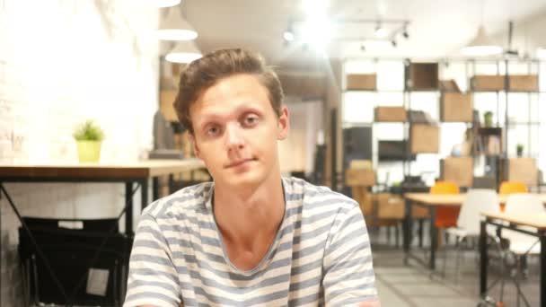 nyugodt alkalmi fiatalember meghívja Önt, hogy kreatív iroda