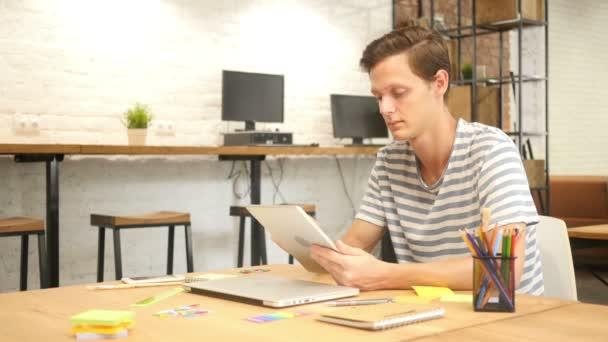 Mann im Büro mit Digital Tablet-Pc, kreative Designer, Agentur