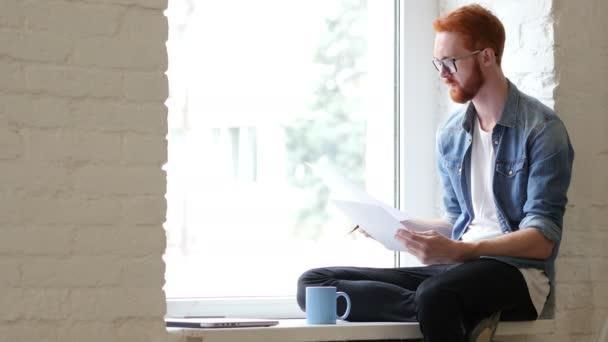 Čtení dokumentů, papírování, relaxovat muž sedí v okně, vousy