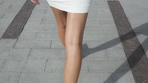 Красивые девушки сзади между ног видео 10
