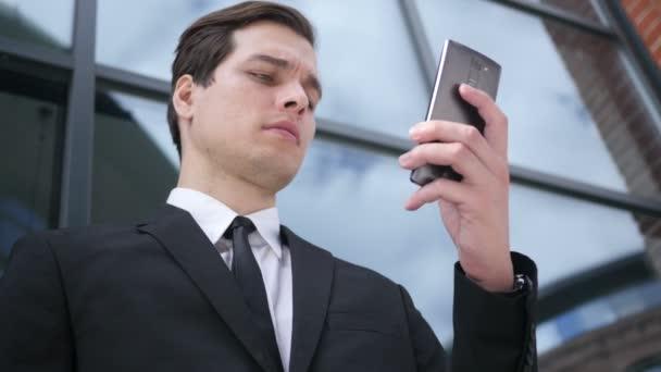 Mladý podnikatel pomocí chytrého telefonu, textové zprávy