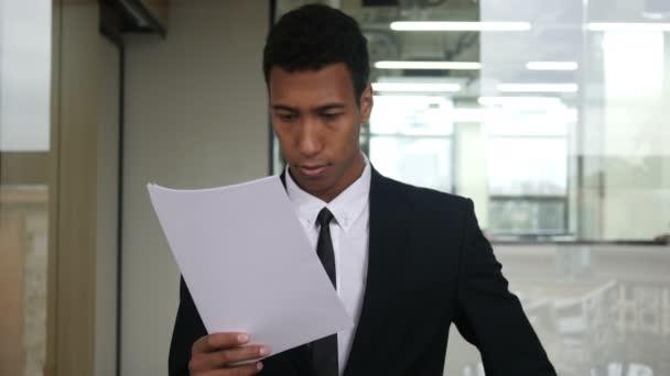 Černá podnikatel čtení dokumentů v sadě Office