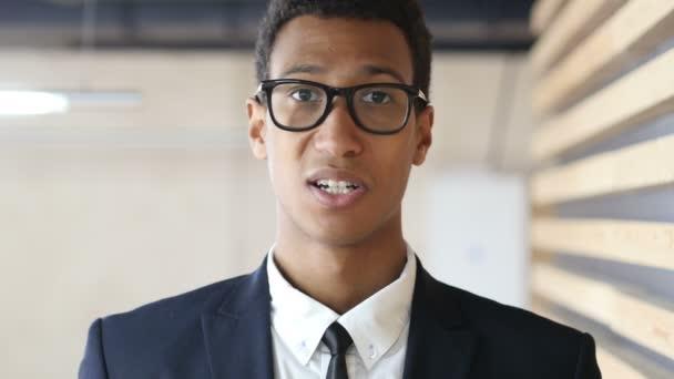 Aufregung des Erfolgs, schwarzer Geschäftsmann im Anzug, Porträt