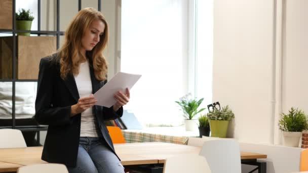 Čtení dokumentů, podnikatelka, sedí na stole, papírování