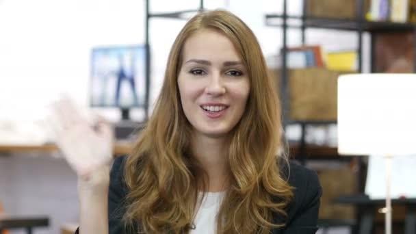 Hallo durch Winken der Hand von Mädchen bei der Arbeit im Büro, herzlicher Empfang