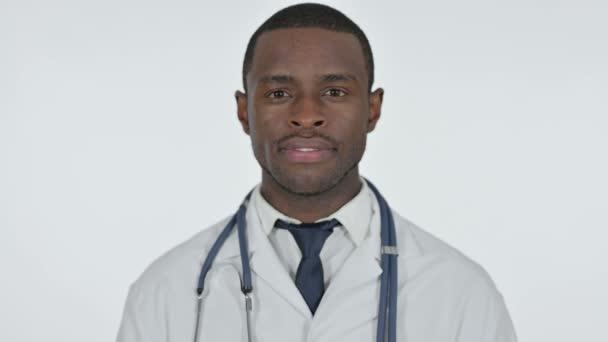 Africký lékař při pohledu na fotoaparát, bílé pozadí