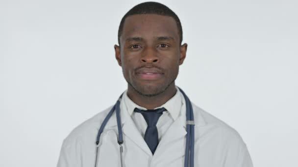 Africký lékař usmívání na kameru, bílé pozadí