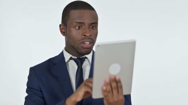 Video-Chat auf dem Tablet von afrikanischen Geschäftsmann, weißer Hintergrund