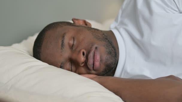 Mladý Afričan chrápání v posteli, spánek