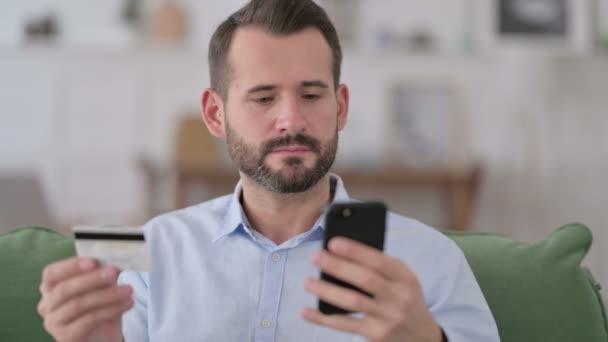 Mann reagiert auf Online-Shopping-Problem mit Smartphone