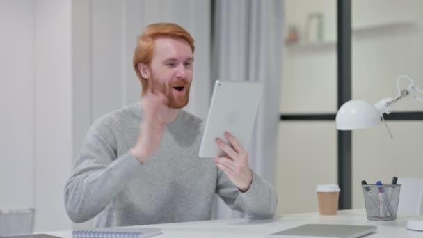 Video chat na tabletu od Young Redhead Man