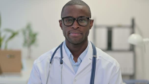 Portrét seriózního afrického lékaře na klinice