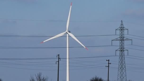 Nahtlose Loop-Medium Zeitlupe erschossen weiß Wind Turbine blauer Himmel Wolken sauber