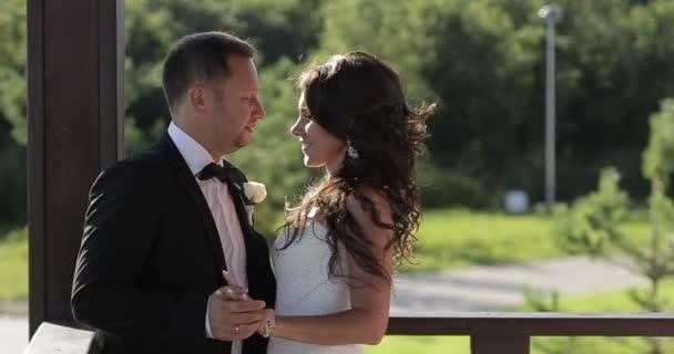Svatební pár objímat a líbat