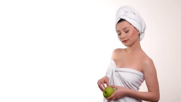 Zdravé stravování žena s apple izolovaných na bílém pozadí