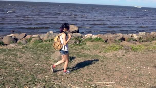 šťastná žena chůze na pláž