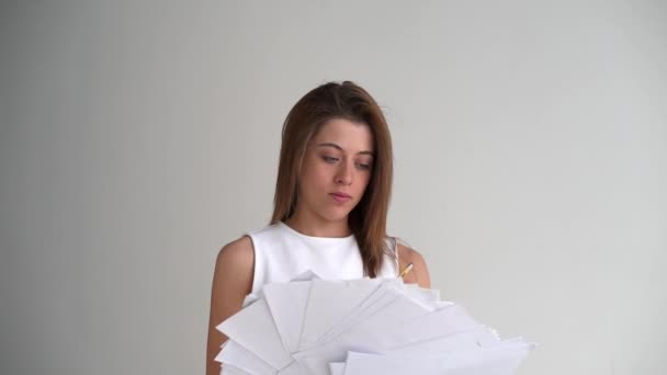 Unavený podnikatelka vyvolá papíru stránky dokumentu