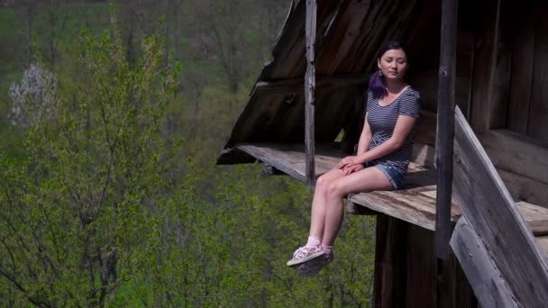 Žena sedí na balkóně dřevěný dům v krásném místě
