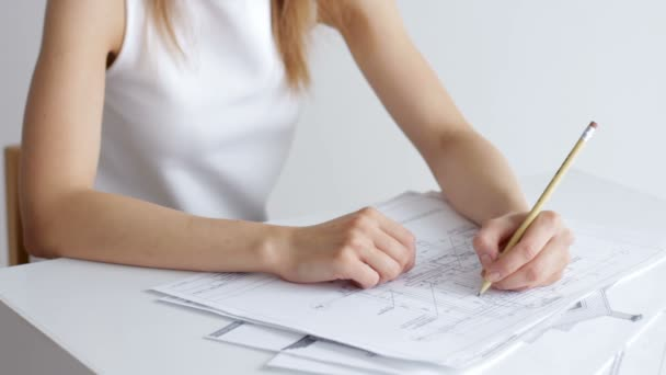 Architekt Zenske ruce kreslení projekt domu