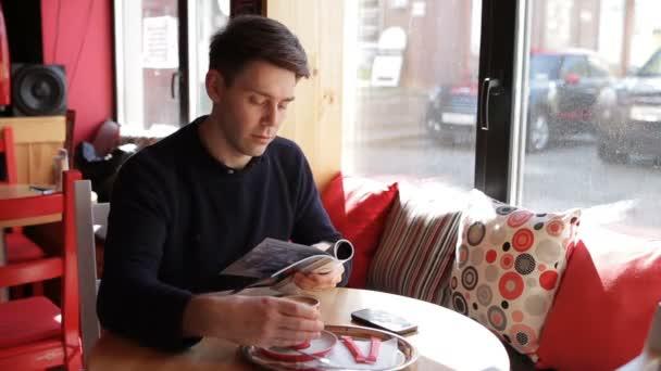 Usmíval se bederní muž čtení časopisu v kavárně
